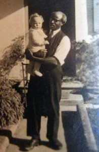 """ben Mansour mit seinem Enkel Enrico vor dem """"Austragstüble"""""""
