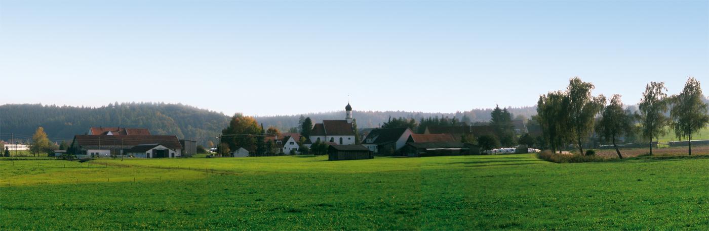 Das Dorf Glöttweng im Landkreis Günzburg, im Regierungsbezirk Schwaben in Bayern