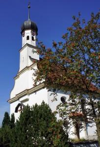 Die St. Oswald Kirche (1726) mit ihrer denkmalgeschützten Orgel im Originalzustand von 1865.